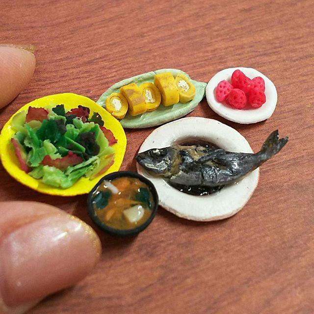 『よそんちのおうちごはん』  今日は@makimakimeat さんちです  お皿のサイズをお聞きしてから 連絡がとれず 無断でアップ 勝手にすみません…  素敵なイサキの煮付けに惚れました♡ Makiさんありがとうございます🙇  #よそんちのおうちごはん#おうちごはん#クッキンググラム#ミニチュア#ミニチュアフード#イサキ#魚#煮付け#サラダ#玉子焼き#いちご#和食#食育#食品サンプル#晩ごはん#和食器#うつわ#樹脂粘土#polymerclay#miniature#sample#japanese#fish#dinner#salad#strawberry#kawaii