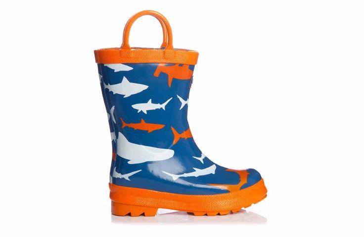 Dit zijn nog eens regenlaarsjes waar je vrolijk van word! Super ruige laarsjes door het geweldige haaien design in een stoere kleurencombinatie. Natuurlijk hoef je ze niet alleen aan als het regent, wat dacht je van lekker ravotten in het bos of als je lekker gaat rond sjouwen op de kinderboerderij.