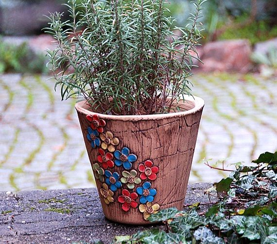 velký květináč, posetý květem-ihned dostupný obal je keramický ze šamotu. vhodný na ven i do interieru můžete osázet přímo, nebo použít jako obal v19 cm průměr u horního okraje 20 cm na přání vám můžu vyrobit stejný tvar a pozměnit dekor i barvy, ev. dodělat ucha a podmisku