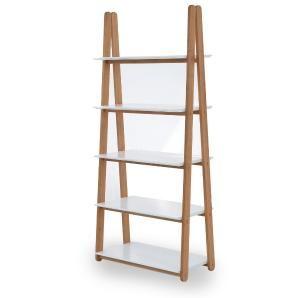 Klassisch skandinavisch: Dieses funktionale, stabile Regal in Weiß und Eiche ist von einer Leiter inspiriert.
