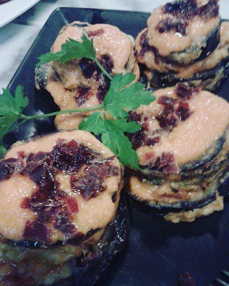 Uno de los pinchos más queridos de nuestra carta. Laminado: Capas de calabacín berenjena salmorejo y virutas de cecina. Qué no lo has probado? Pues nunca es tarde! #LaDichosa #masqueunataberna #vino #cerveza #cervezaartesanal #berenjenas #calabacin #cecina #salmorejo #gastronomia #cocinacasera #condeduque #condeduquegente #malasaña #madrid by tabernaladichosa