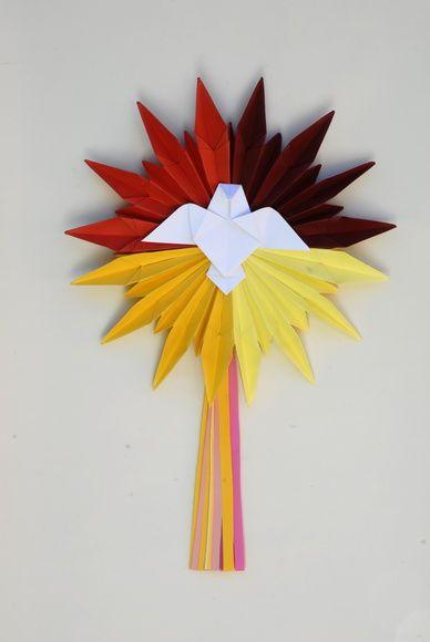 Divino Espírito Santo em origami, tamanho médio.  Em 4 cores  vibrantes simbolizando, energia, sabedoria, e riqueza.   - Em papel importado 180 gramas com aplicação de verniz fosco protetor. - Diâmetro de 35 cm - Querendo outras cores, escolha na paleta acima e especifique no pedido. R$ 50,00