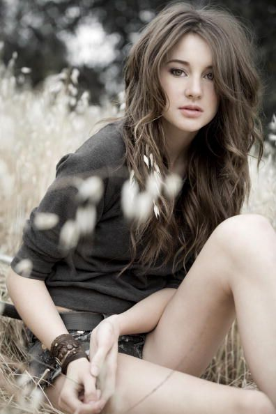 Shailene Woodly, who is playing the roles of Tris is divergent. .. looks so beutifullll with the brown hair!