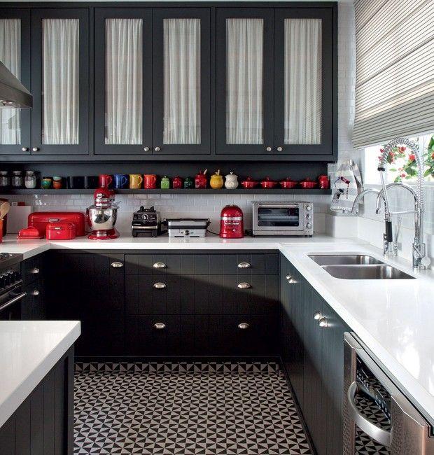 Cozinha | Os armários foram desenhados pelo Ouriço Arquitetura e receberam laca no tom Sayerlack M157. Na parte interna, o charme da cambraia de linho branca dá leveza ao visual. O piso parece ladrilho hidráulico, mas é cerâmico, padrão Terrades Basalto,  (Foto: Foto: André Nazareth/Divulgação)