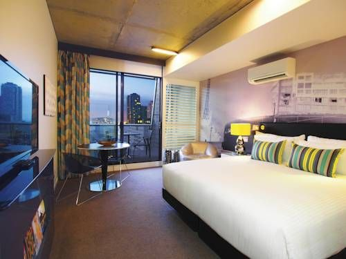 Oaks On William #hotel in #Melbourne has the most amazing stylish studio rooms. And all have incredible city views! Great #getaway #hotel for the whole family!