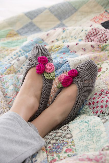 Pretty Slippers For Her: free pattern ❥Teresa Restegui http://www.pinterest.com/teretegui/❥