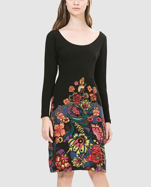 Vestido corto en color negro con estampado floral en la falda. Tiene manga larga y escote redondo.