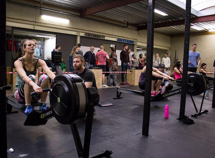 Wist je dat roeien super goed is voor je hele lichaam en je conditie? Op veel apparaten kun je spelletjes doen om jezelf uit te dagen. Maar je kunt het ook op de manier doen, zoals bij CrossFit Hilversum laatst. WOD: Zo snel mogelijk 21-15-9-15-21 Calorieën roeien Situps Je gaat gegarandeerd stuk! Succes :) #workout #row #crossfit #fitgirl
