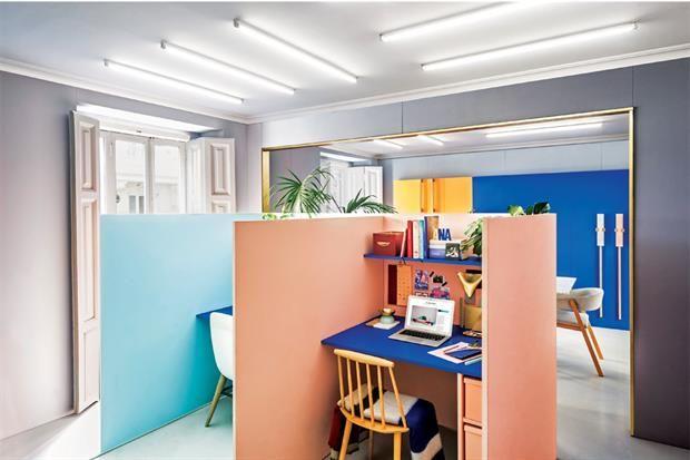 Una oficina con tonos vibrantes inspirada en el trabajo del emblemático estudio de arquitectura y diseño industrial Memphis. Rosa, azul, durazno y celeste combinan perfecto con toques de dorado. Con color, los cubículos cobran vida.