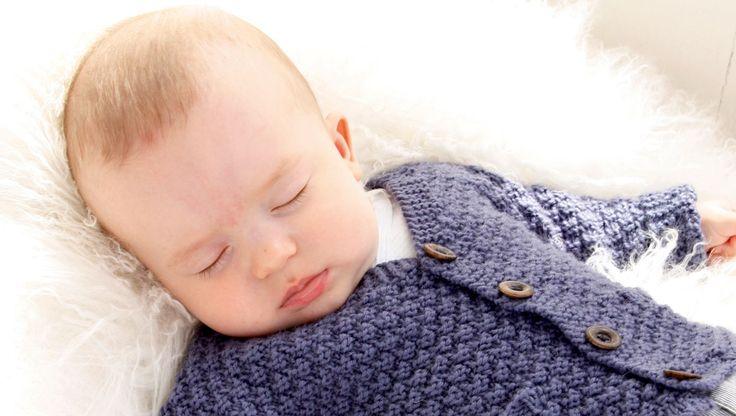Der er ikke noget så hyggeligt og livbekræftende som at strikke babytøj. Den lille jakke strikkes i det blødeste merinould, som vi kan garantere ikke kradser, og som fås i de fineste farver. Og efter billedet at dømme, har det tilsyneladende også en beroligende effekt! Strikkeopskriften er i 5 størrelser fra nyfødt til 3-4 år.