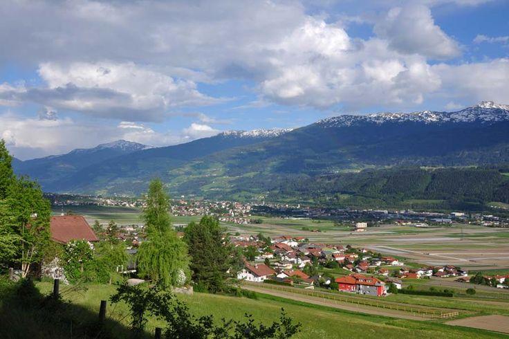 Een #boerderijvakantie in hartje #Tirol, bij het schilderachtige dorpje #Thaur. Puur natuur en toch vlak bij de gezellige Alpenhoofdstad Innsbruck en de middeleeuwse stad Hall. Een verblijf in Hotel Stangl biedt het comfort van een goed hotel met de traditie van een echte Tiroler Bauernhof én producten van eigen land op tafel!