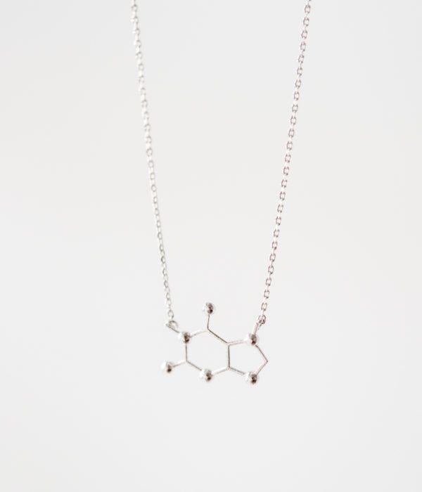 Подвеска на шею, украшение в форме молекулы кофеина. Изящный кулон на цепочке из металлического сплава с посеребрением.  Кофеин это не просто вещество, это — часть современной культуры. Кулон-молекула — простой, но элегантный подарок любительнице кофе.