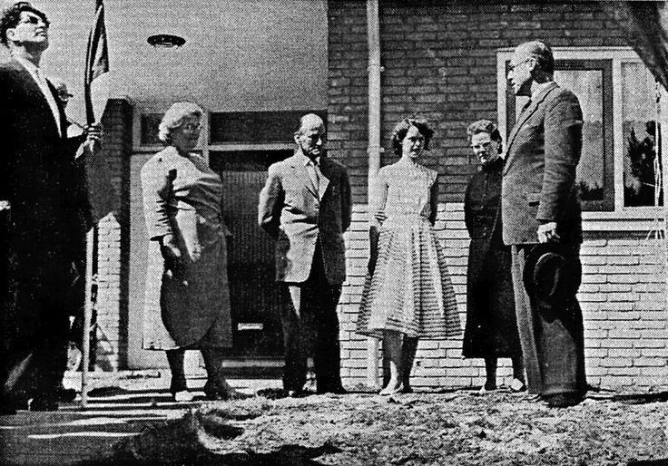 Een eigen huis voor een kleine beurs – Bouwfondsbungalow type B1, Egmond aan Zee, 1959. De familie Wagenaar voor de deur van hun eigen huis op de dag dat vertegenwoordigers van het Bouwfonds de sleutel overhandigen aan de bewoners. De familie Wagenaar is sinds enkele maanden trotse eigenaar van de eerste bungalow van het type B1 van het Bouwfonds Nederlandse Gemeenten in Noord-Holland (Egmond aan Zee). Bijzonder is dat de heer Wagenaar geen directeur is maar smelter... #stichtinggoedwonen