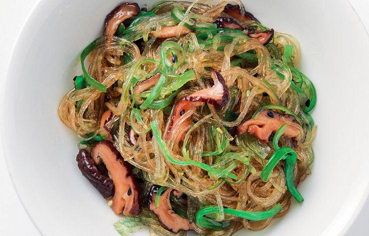Spaghetti di soia con alghe, funghi e salsa di soia