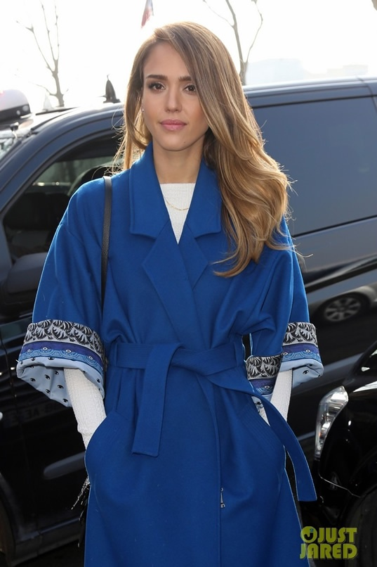 Jessica Alba To Paris Fashion Week? Star Arrives In Paris In Bizarre Outfit