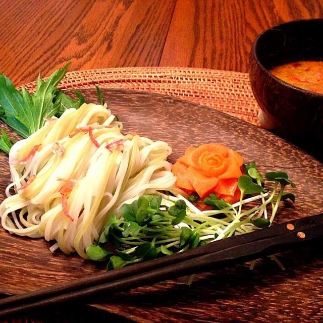今夜はカオソーイ(レッドカリー麺)をつけ麺で✨   タイではつけ麺という食べ方はメジャーではありませんが、米麺を冷水で締めるとコシが出てとても美味しく頂けます。   鴨の脂とスパイシーなスープにツルンとした冷たい細麺後を引きます✨ - 113件のもぐもぐ - タイ風つけ麺  鴨肉のレッドカリースープ by ucoparche