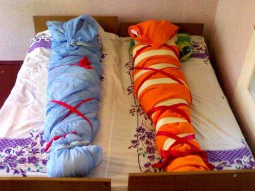 на кровати завернутая в одеяло - 12