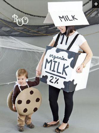 Este adorable disfraz de galletas con leche es perfecto para un bajo presupuesto. Además si tienes varios hijos pueden estar todos iguales.