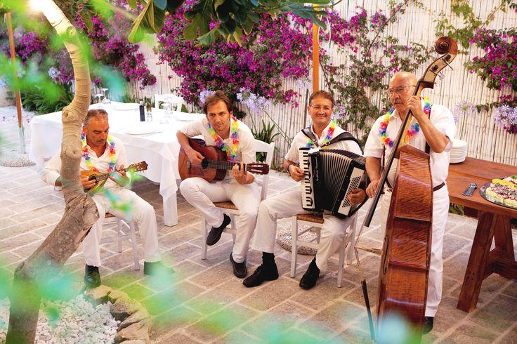 Fatti incantare dai nostri maestri mandolari: suonano l'orgoglio del Sud
