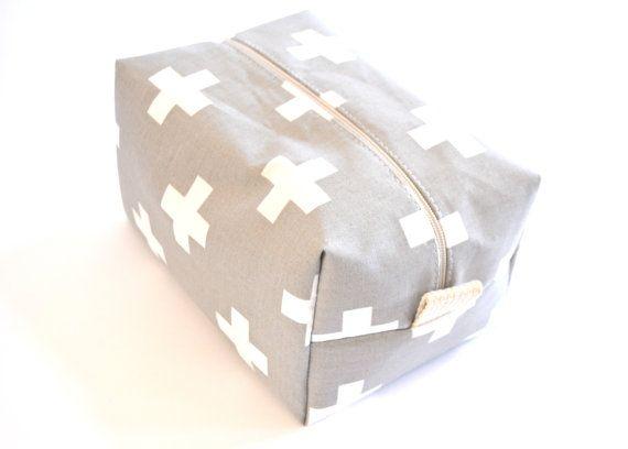 Moderne grijs Plus cosmetische zak  grote make-up door PlatoSquirrel