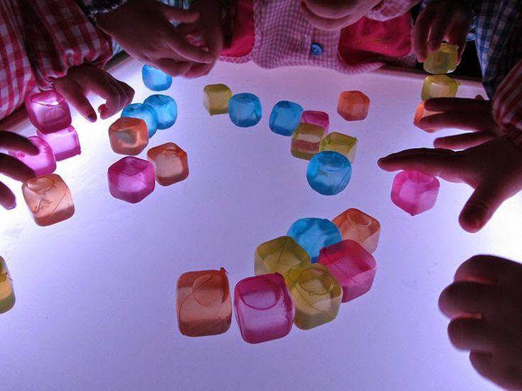Pasos pequeños: Cubitos de colores, nuevo material para la mesa de luz.