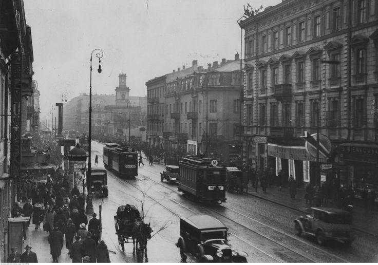 """Fragment ulicy w kierunku Dworca Głównego. Widoczne tramwaje linii """"M"""",  """"O"""" i """"P"""" oraz samochody osobowe."""