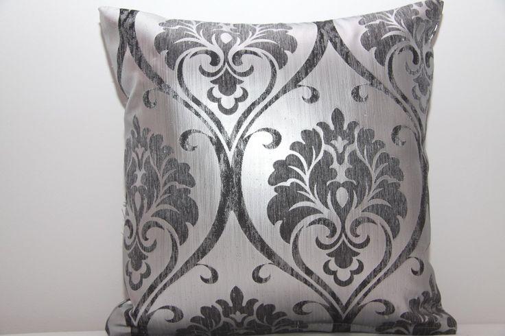 Poszewka na poduszkę w kolorze srebnym z szarym ornamentem