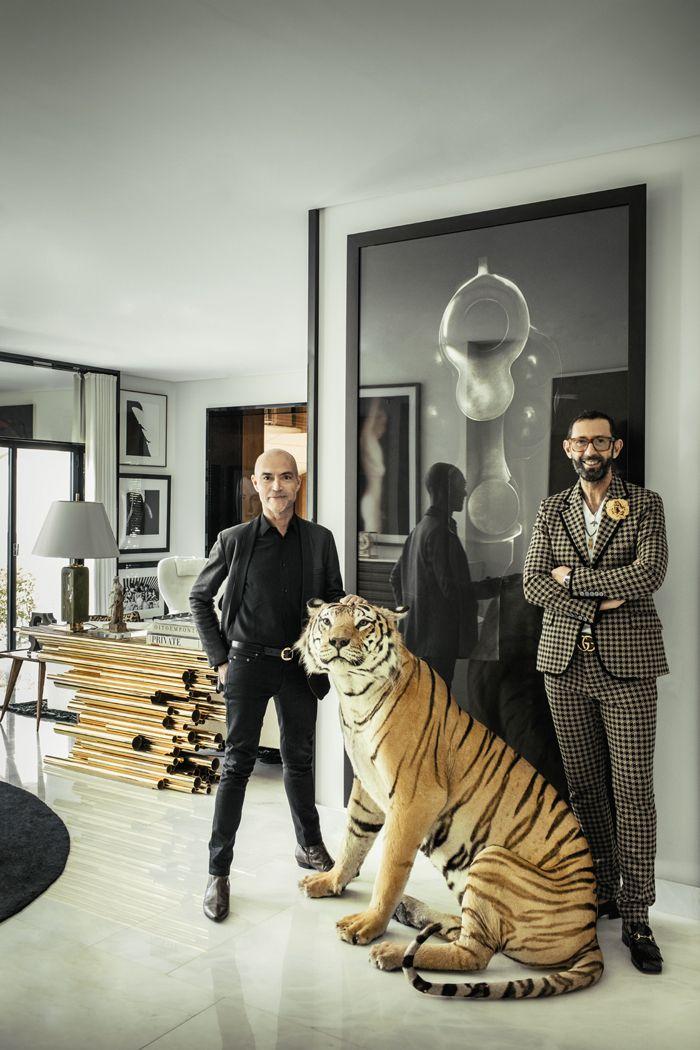 Artur Miranda et Jacques Bec posent, tels les illusionnistes Siegfried et Roy, autour d'un tigre empaillé dans le salon de leur villa. À l'arrière-plan, une console de Hervé Van der Straeten.