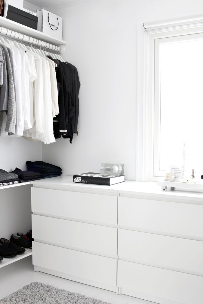 Walk-in-closet: Monochrome looks always clean.
