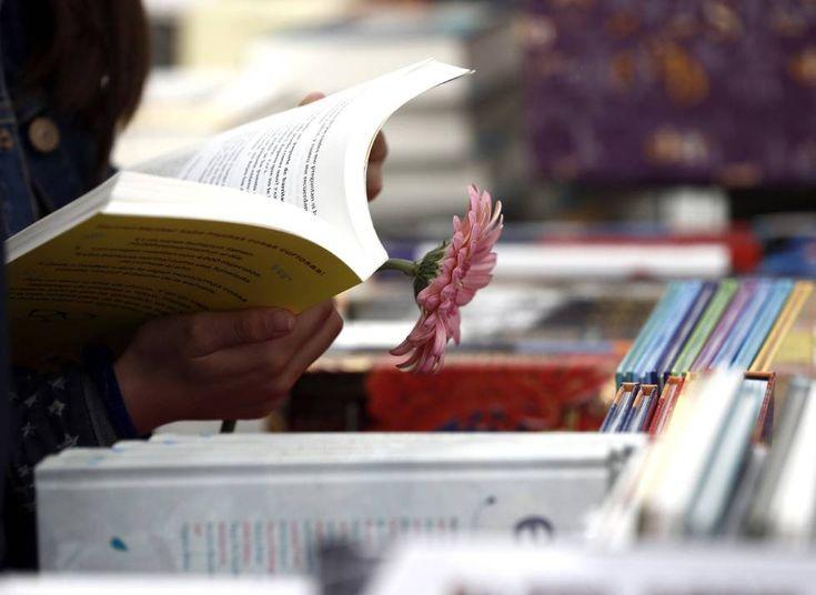 Una mujer en una de las ferias del Día del Libro.