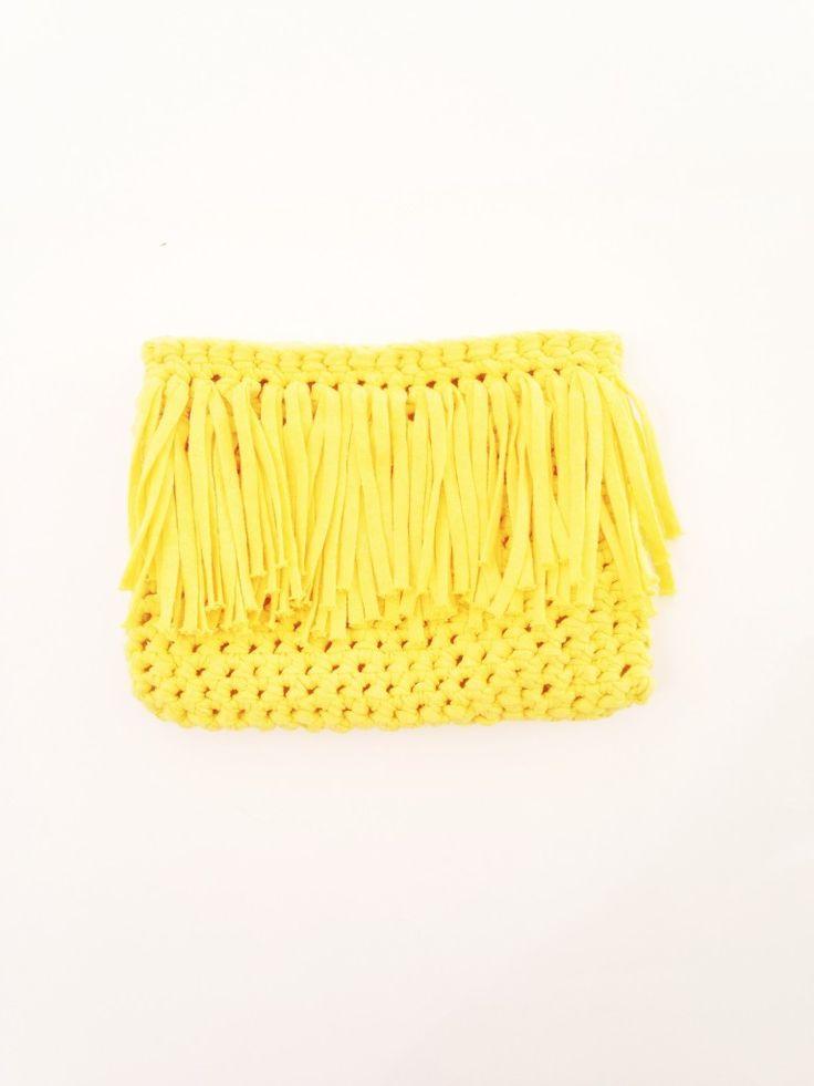 Si quieres estar a la moda este verano, no te pierdas estos consejos y este tutorial de como hacer un bolso de trapillo con flecos.