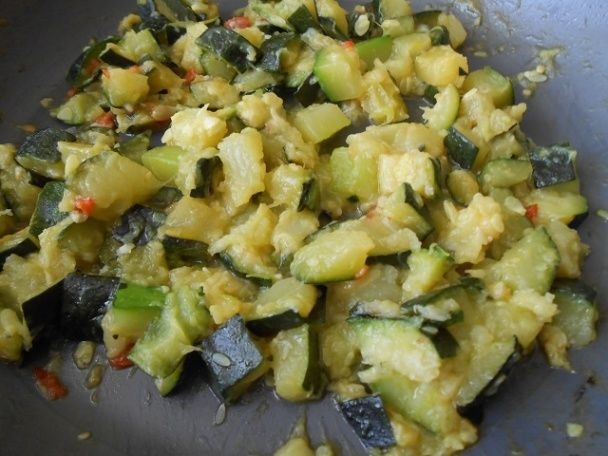 Cuketa * urobila som na cibuľke aj s vňaťou a cesnakom, pridala čili papričky, podušila a vyliala rozšľahané vajíčka a kúsky plátkového syra * https://varecha.pravda.sk/recepty/cuketovy-predkrm-za-10-minut-fotorecept/60059-recept.html