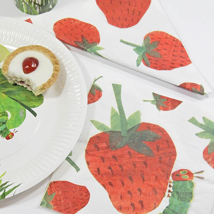 Die süßen Servietten von der Raupe Nimmersatt im Erdbeer Design sind eine süße Tischdekoration auf einer Raupen Kindergeburtstags Party. Die Servietten sowie noch weitere Dekoration von der Raupe Nimmersatt findet ihr bei www.party-princess.de Die kleine Raupe Nimmersatt The little caterpillar - The very hungry caterpillar