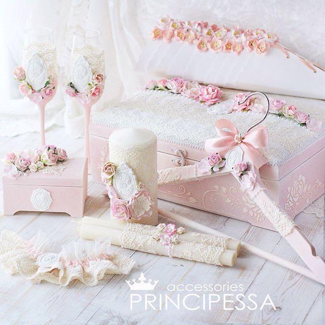 """Свадебный набор """"Пудрово-розовый"""" выполнен на заказ. В набор входит: бокалы, шкатулка для колец и большая деревянная шкатулка для конвертов, свечи, плечики для свадебного платья, подвязка невесты. Возможен повтор в любой цветовой гамме. #инстасвадьба #цветы #украшение #коробкадляденег #шебби #шеббишик #шкатулка #шампанскоенасвадьбу #хобби #хендмейд #подушечкадляколец #подготовкаксвадьбе #ручнаяработа #декупаж #декорсвадеб #свадьба #свадебнаямода #свадебныесвечи #свадебныйнабор…"""
