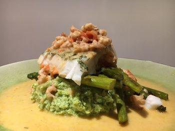 Vlaswijtingfilet met gebakken groene asperges, broccoli puree en garnalensaus