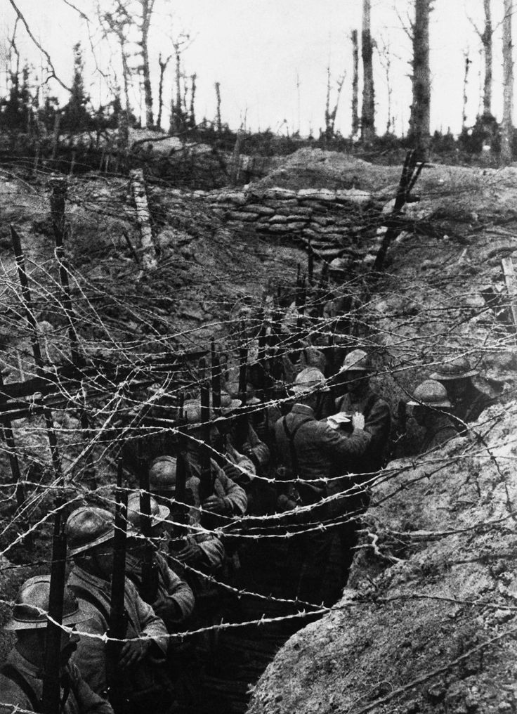 French soldiers wait in their trenches at the Western Front during the First World War - 1916