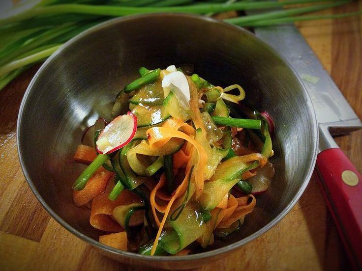 Knapra på det här om ni vågar.Tunt skurna krispiga grönsaker som får smak av gochujang. Fråga: Vad är gochujang? Svar: En fermenterad koreansk chilipasta. Har du ätit till exempel bibimbap så vet du nog precis vilken smak jag refererar till. 1. Gör långa tunna strimlor av gurka och morot. Du kan använda en osthyvel eller …