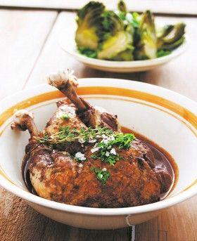 SICILIEN.DK | Livstil, mad og vin 2 fed hvidløg 4 store kyllingelår ½ flaske Nero d´Avola rødvin (kraftig, siciliansk drue) 4 løg Frisk timian Olivenolie