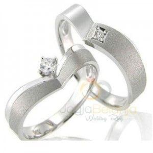 Bentuk cincin yang unik kami hadirkan di koleksi terbaru kami dalam seri Cincin Kawin Bolina. Bahan perak 925 yang digunakan dibentuk tidak melingkar sempurna seperti pada bentuk cincin umumnya. Desainnya yang unik juga ditambahkan dengan paduan finishing doff dan kilap. Cincin pasangan wanita dan p