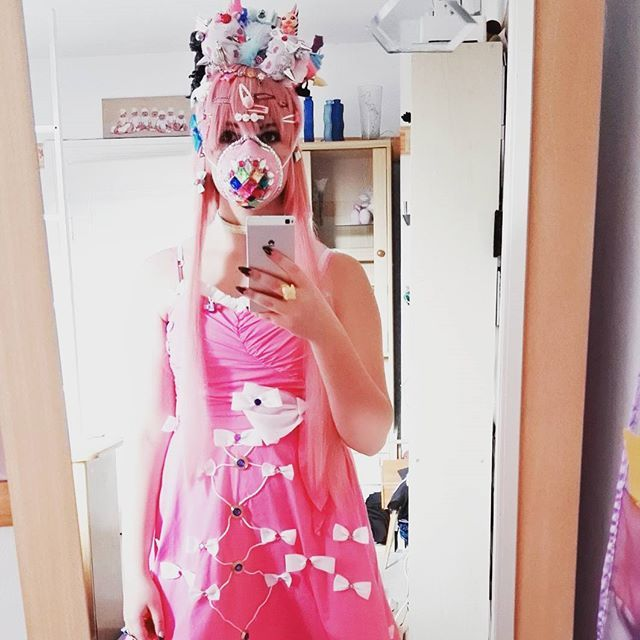 #decorakei #fairykei #cosplay #cosplayer #makeupjunkie #makeup #mundschutz #glitter #diy #pink #bow #hairstyle #hair #accessoires #japan #kawaii #kawaiidress #anime #sweet #manga