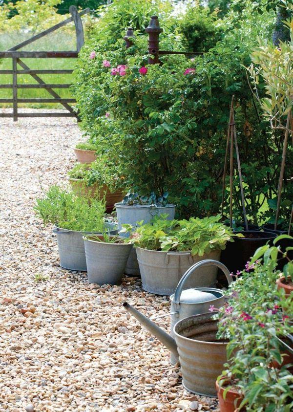 gravier pour allée, galet blanc, fleurs avec vert jardin magnifique