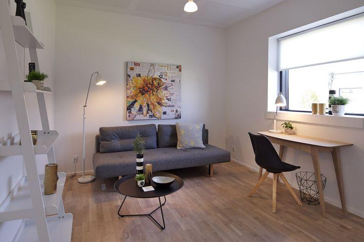 Velindrettet og funktionelt teenageværelse i moderne stil.