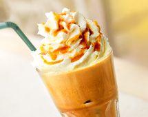 Mocha Frappe Mocha Frappe je výrazný osvěžující nápoj- Espresso, čokoláda, mléko, led Ve dvou dávkách espressa rozpusťte dvě vrchovaté lžičky na kousky nalámané kvalitní čokolády. Přidejte 1/2 šálku studeného mléka, 9 kostek ledu a vše rozmixujte v mixéru při pomalé rychlosti, abyste dosáhli sametové konzistence. Rovnoměrně nalijte do dvou sklenic a ihned podávejte