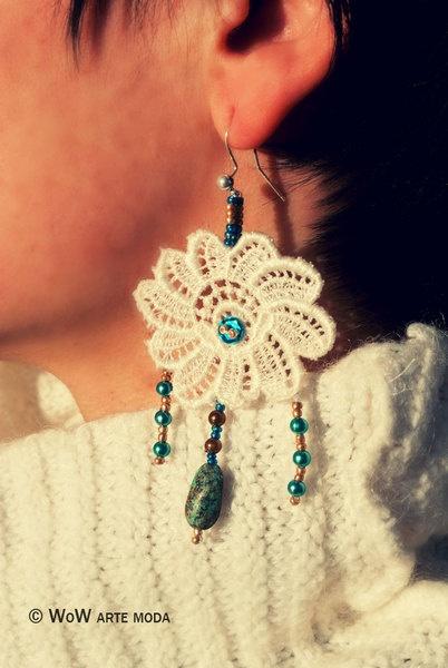 Orecchini nelle tonalità sabbiate, ricavato da fiore di macramè bianco, ricamato in sabbia dorata e turchese. Pendenti chiccosi.   Unico ed Esclusivo WoW Arte moda!!! Differenziati!!!  #gioielli #bijoux #sabbia #oro #etnico #merletto #pizzo #fiore #moda #orecchini #azzurro #perle