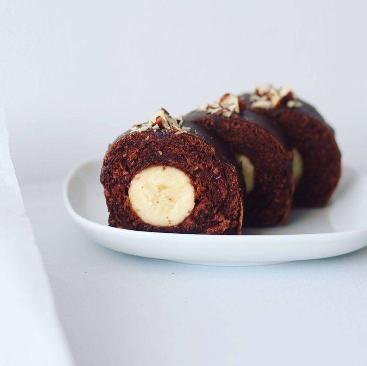 Najjednoduchšia a najlepšia! ❤️ Roládka plnená malinovým džemom, banánom, poliata čokoládou a posypaná orieškami  Cesto: 5 ks vajec 5 lyžíc cukru 1 lyžica oleja 1 lyžica kakaa 1 lyžica mlieka 1 ks kypriaci prášok 4 lyžice hladkej múky Malinovým džem 3 banány Čokoládová poleva Posekané oriešky Vajcia s cukrom vymiešame do peny, postupne pridáme olej a mlieko, opatrne pridáme preosiate kakao, múku a kypriaci prášok, premiešame a vylejeme na plech vystlaný papierom na pečenie. Dáme...
