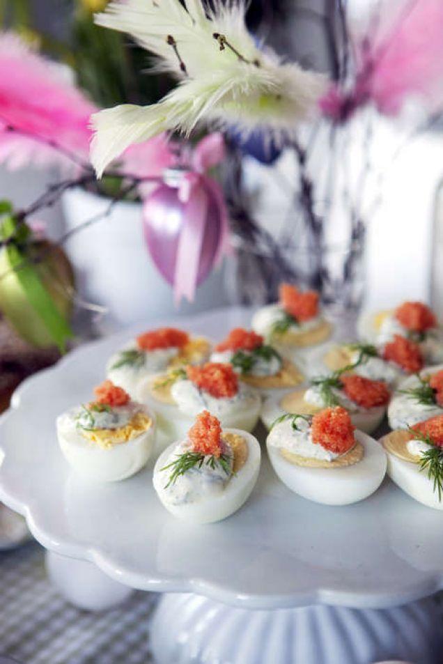 Inget påskbord utan ägg! Här goda ägghalvor garnerade med stenbitsrom och färsk dill.