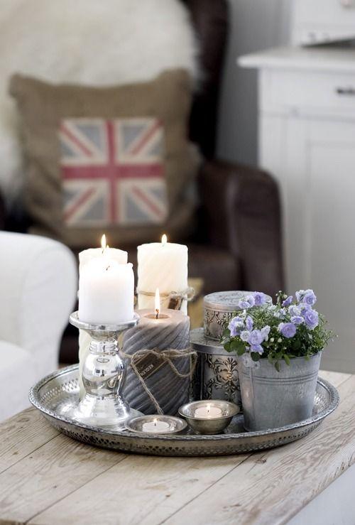 Gezellig sfeertje met kaarsen en kandelaars van #leenbakker op een mooi dienblad en een leuk plantje!