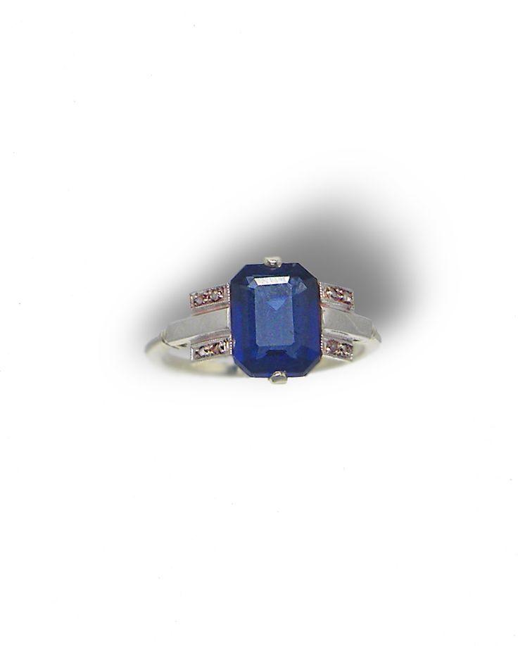 Monture or blanc 750 millièmes Pierre de synthèse bleue et diamants taille rose Poids total : 2,5g Taille de doigt initiale : 52 possibilité de mise à taille du 50 au 55 forfait mise à taille : 19€ Longueur de la pierre bleue: 9mm