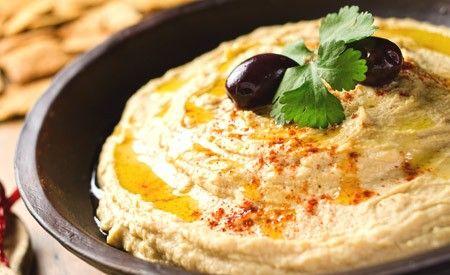 Ein köstlicher Brotaufstrich aus Meerrettich, Tofu und Oliven. Er schmeckt nicht nur ausgezeichnet, sondern ist auch sehr gesund.