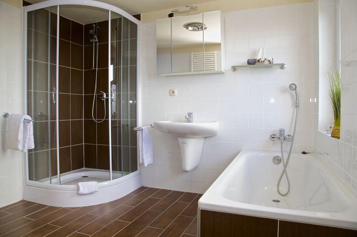 Die Suite bietet im Gegensatz zu den anderen Zimmern zusätzlich eine Badewanne, in der man sich nach einem langen Tag entspannen kann.